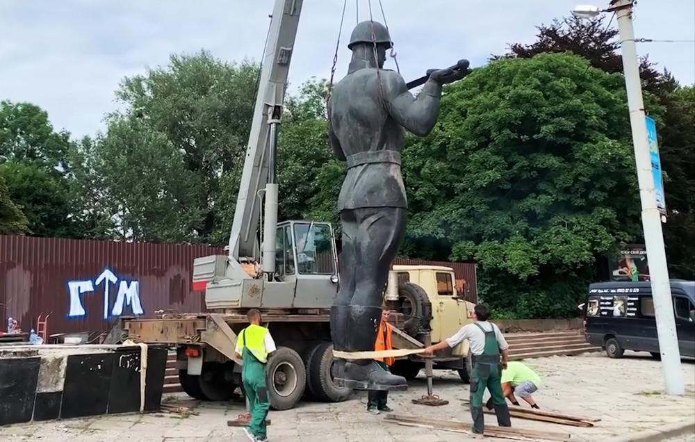 Демонтаж Монумента славы Советской армии во Львове