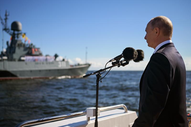 Владимир Путин во время обхода парадной линии боевых кораблей