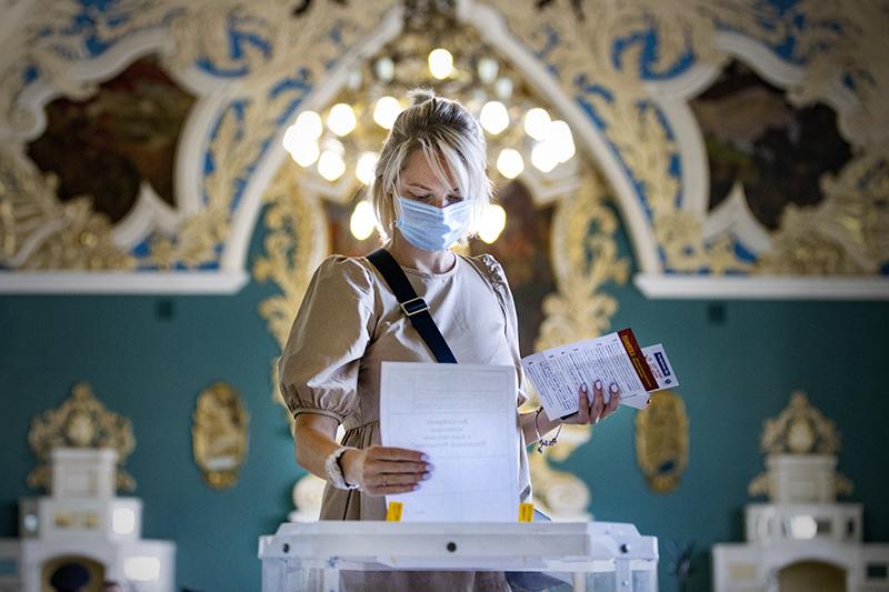 Девушка во время голосования