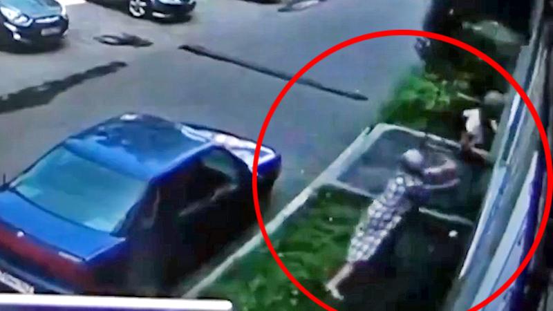 Женщина поймала выпавшего из окна ребенка