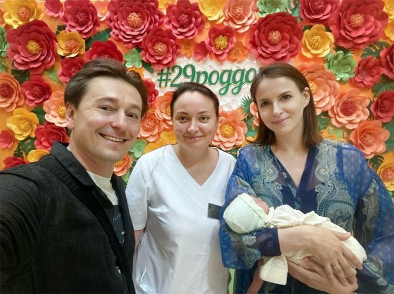 Сергей Безруков с женой и новорожденным ребенком возле роддома