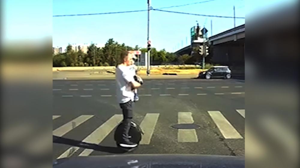 Мужчина с ребеноком на моноколесе