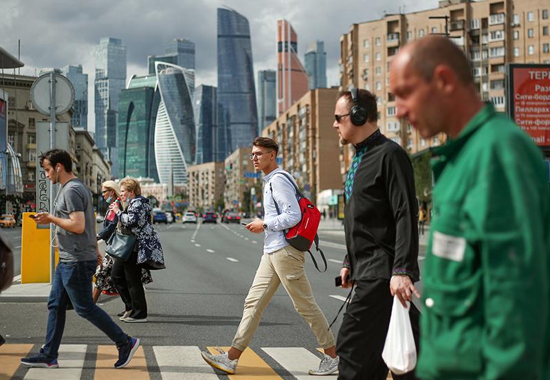 Люди на фоне Москва-Сити
