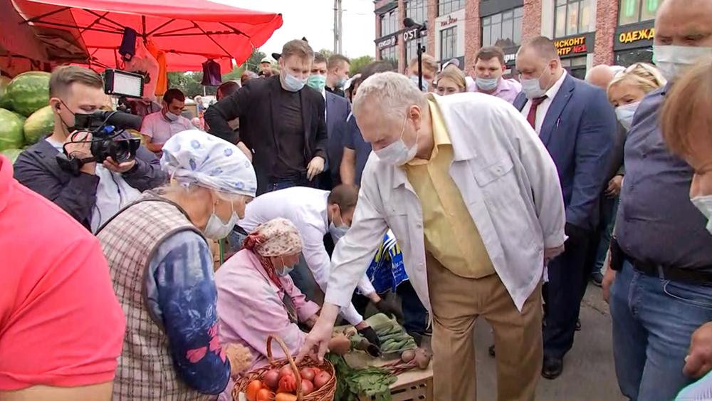 Владимир Жириновский на продуктовом рынке