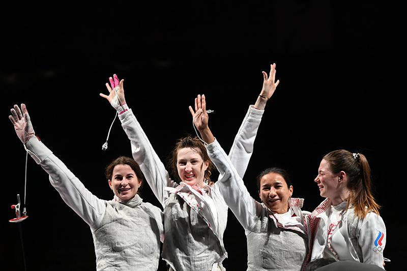 Инна Дериглазова, Лариса Коробейникова, Аделина Загидуллина и Марта Мартьянова радуются победе в финале командного первенства по фехтованию