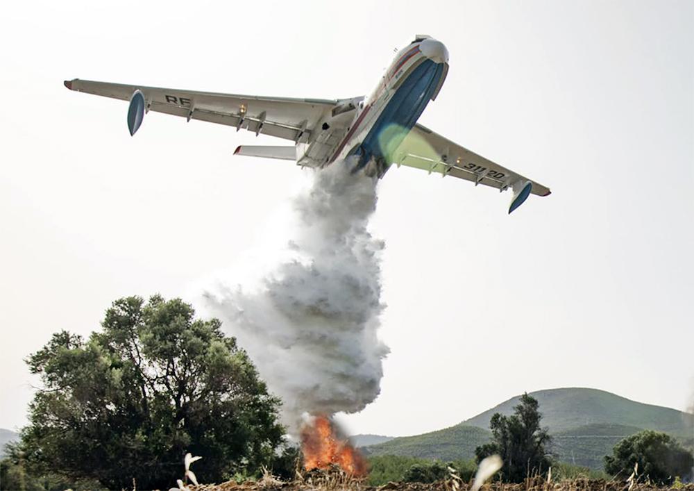 Самолет МЧС Бе-200 тушит лесные пожары в Турции