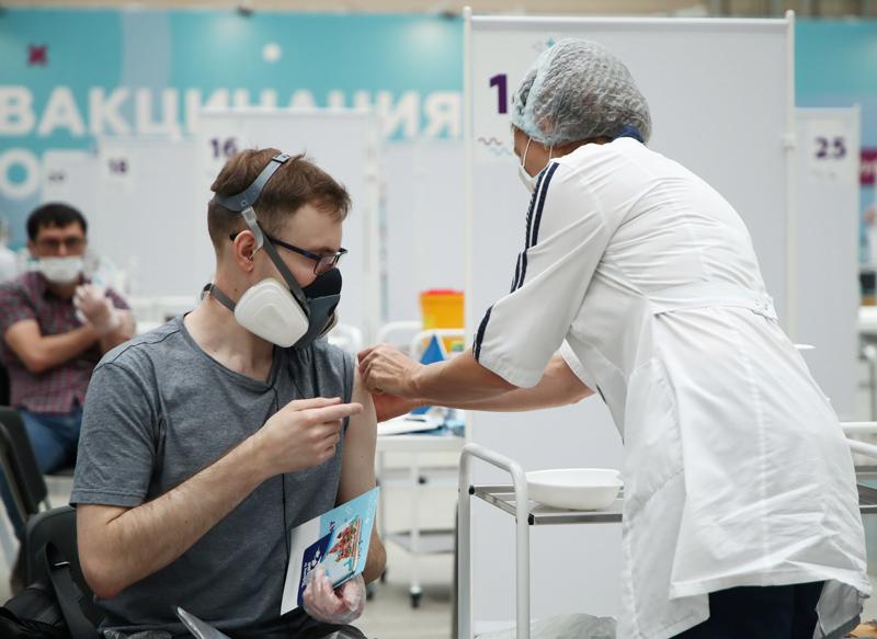 Вакцинация от COVID-19 в Гостином дворе в Москве