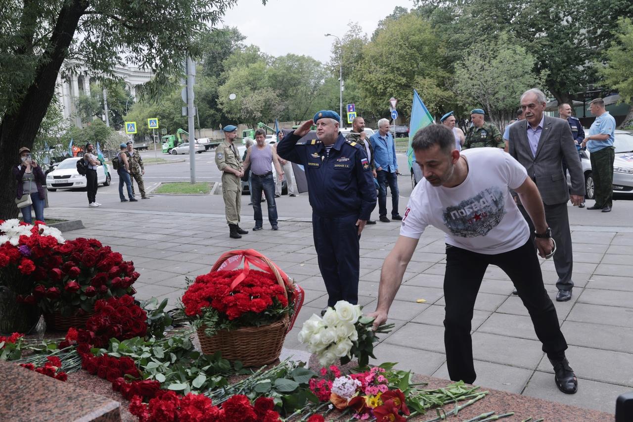 Сергей Миронов возложил цветы к памятнику погибшим воинам-десантникам