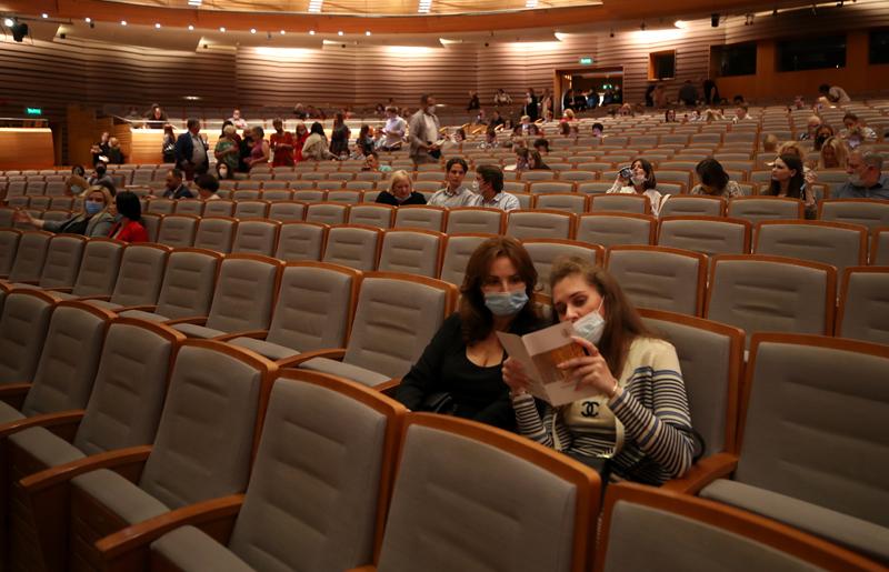 Зрители в театре