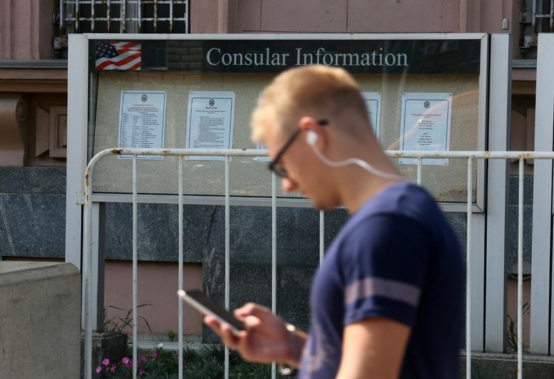 Информационный стенд у здания американского посольства