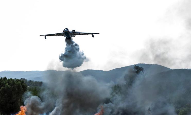 Тушение лесных пожаров в Турции. Для тушения пожаров в Турции задействованы российские самолеты-амфибии Бе-200