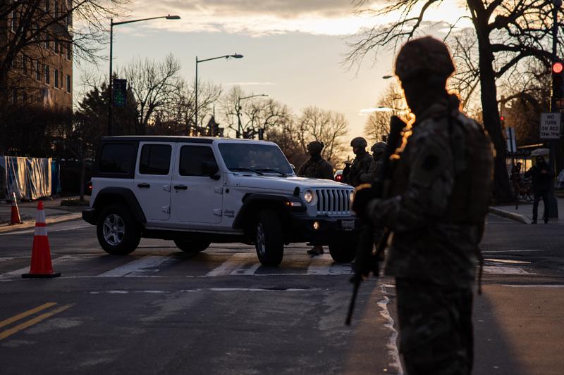 Сотрудники Национальной гвардии на контрольно-пропускном пункте