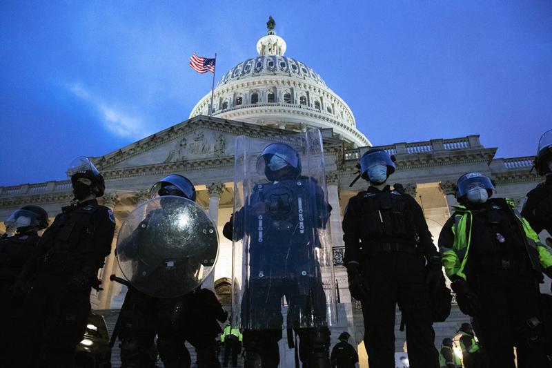 Полицейские около здания Конгресса США в Вашингтоне