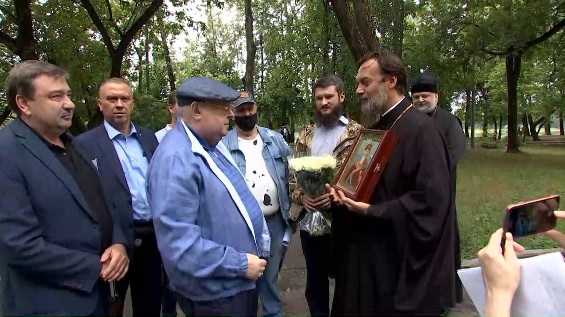 Владимир Ресин во время осмотра строительства храма