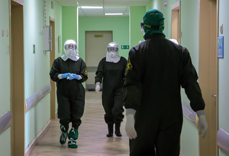Сотрудники инфекционного корпуса больницы