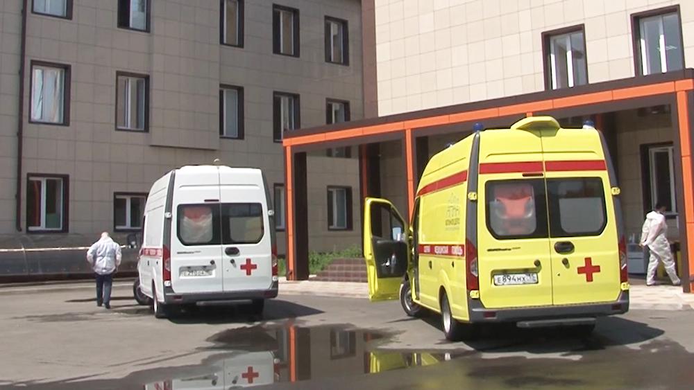 Автомобиль скорой помощи около здания клинической больницы во Владикавказе