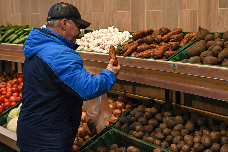 Мужчина в овощном отделе магазина