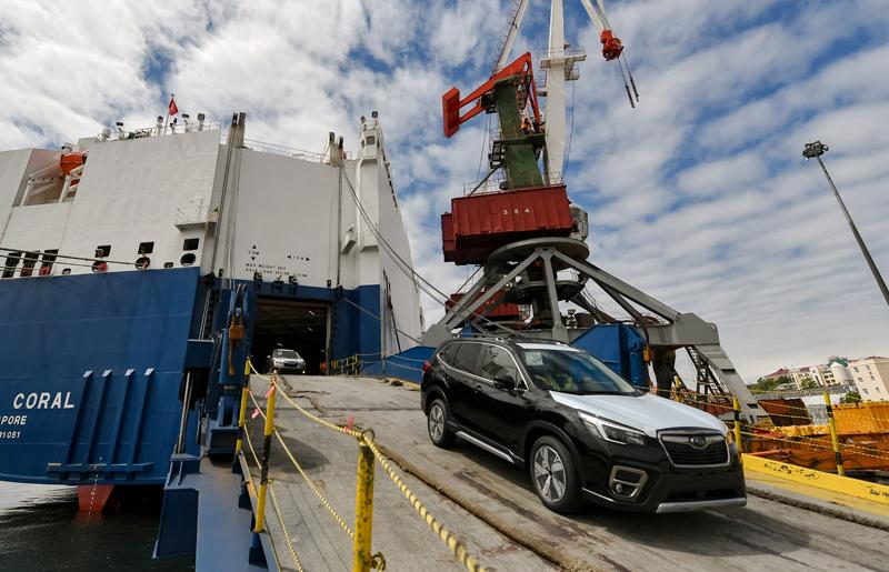 Выгрузка автомобилей во Владивостокском морском торговом порту