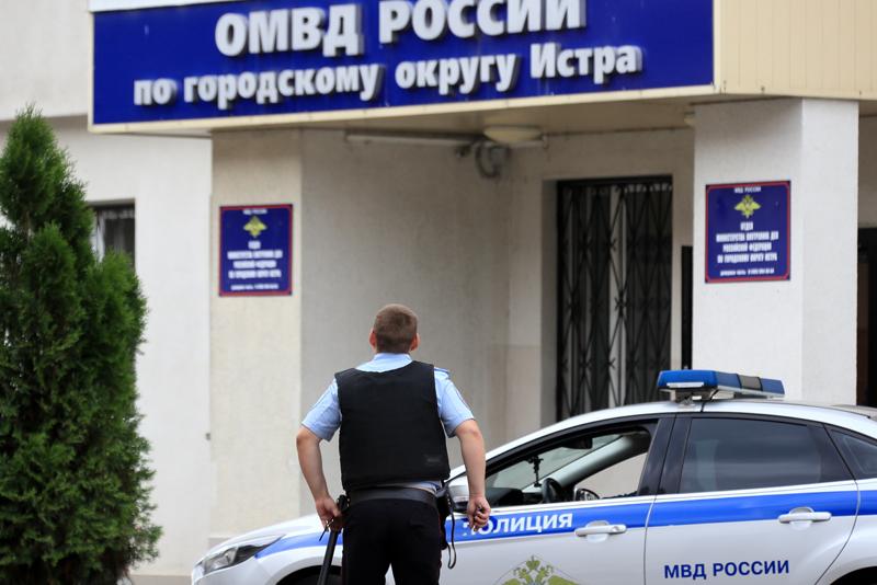 Сотрудник полиции возле ОМВД России по городу Истре