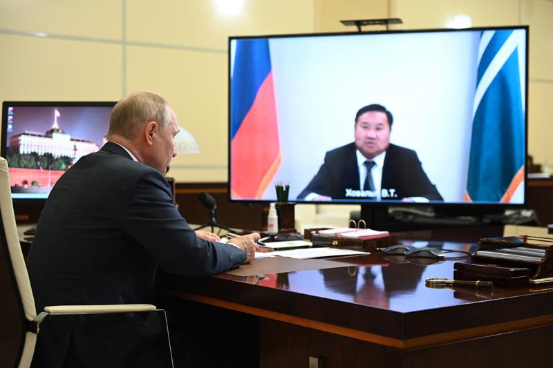 Владимир Путин во время встречи в режиме видеоконференции с временно исполняющим обязанности главы Республики Тыва Владиславом Ховалыгом