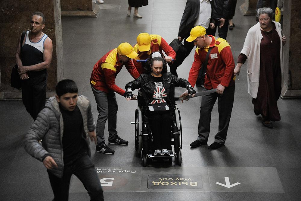Помощь инвалидам в метро