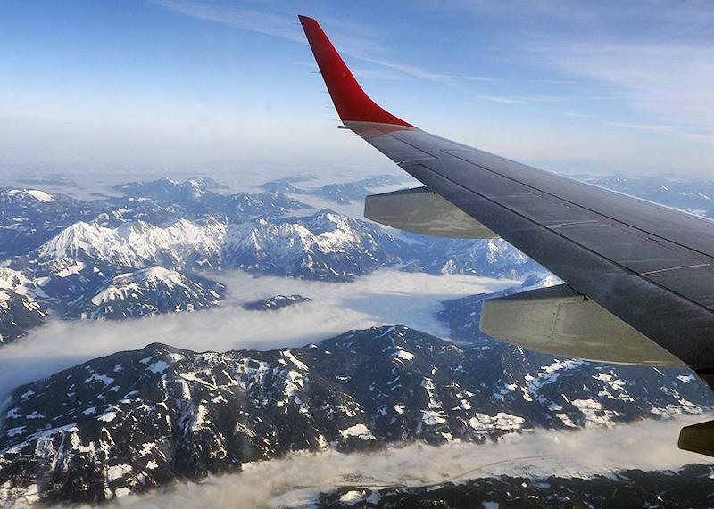 Самолет летит над горами