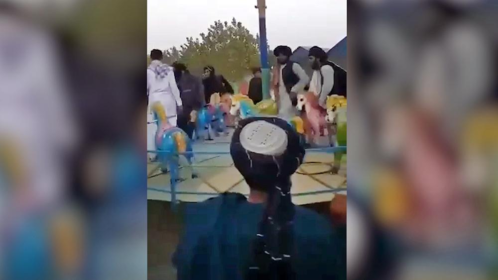 """Талибы (движение """"Талибан"""" запрещено в РФ) на аттракционах"""