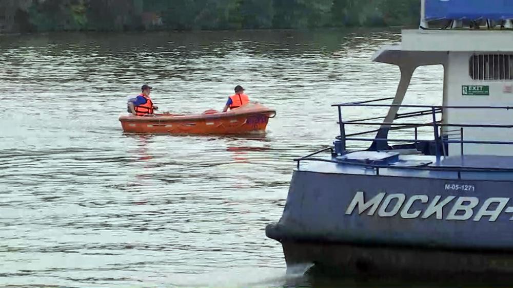 Сотрудники МЧС на лодке