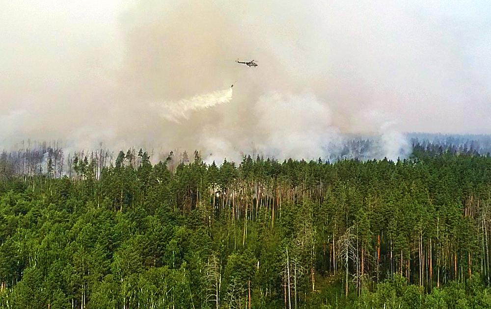 Вертолет МЧС тушит лесные пожары