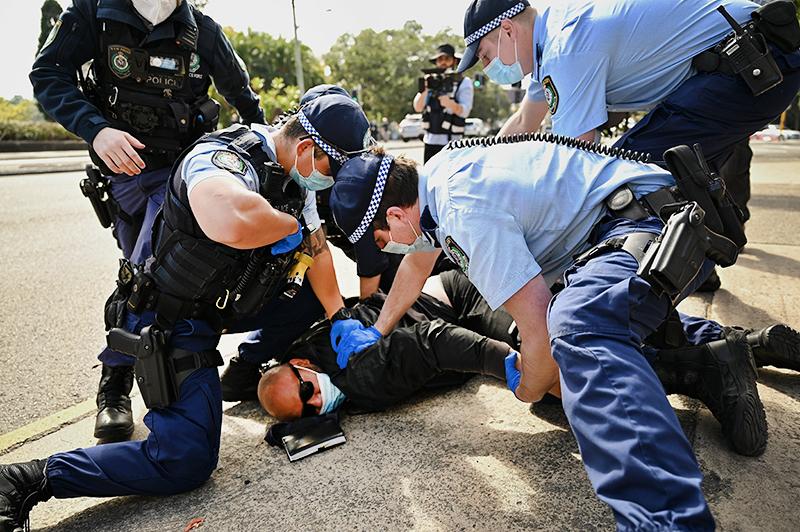 Полиция Австралии задерживает протестующго