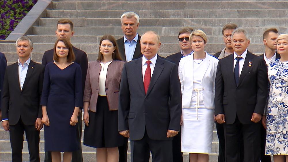 Владимир Путин принял участие в церемонии поднятия флага на Поклонной горе
