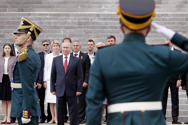 Владимир Путин на церемонии поднятия флага на Поклонной горе