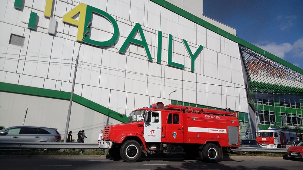 Пожарные на месте возгорания в ТЦ в Мытищах