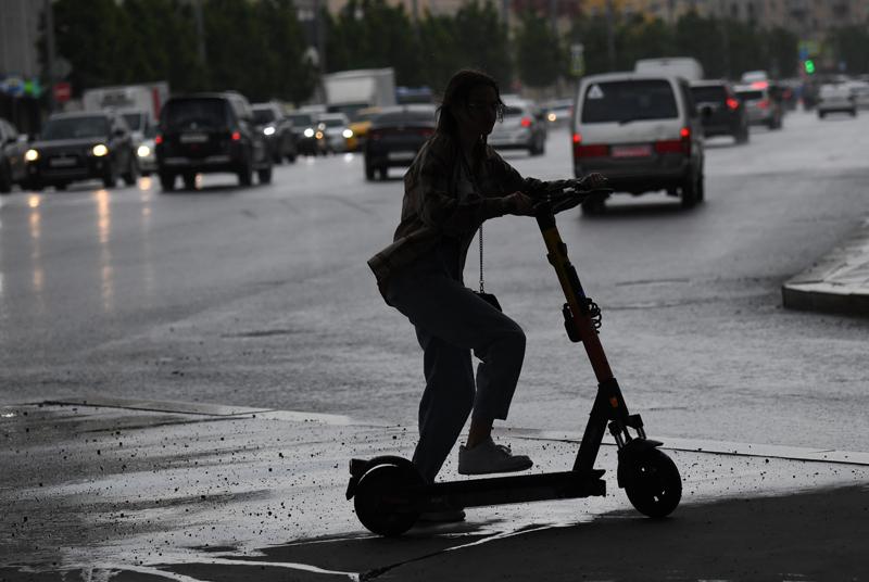 Девушка едет на электросамокате