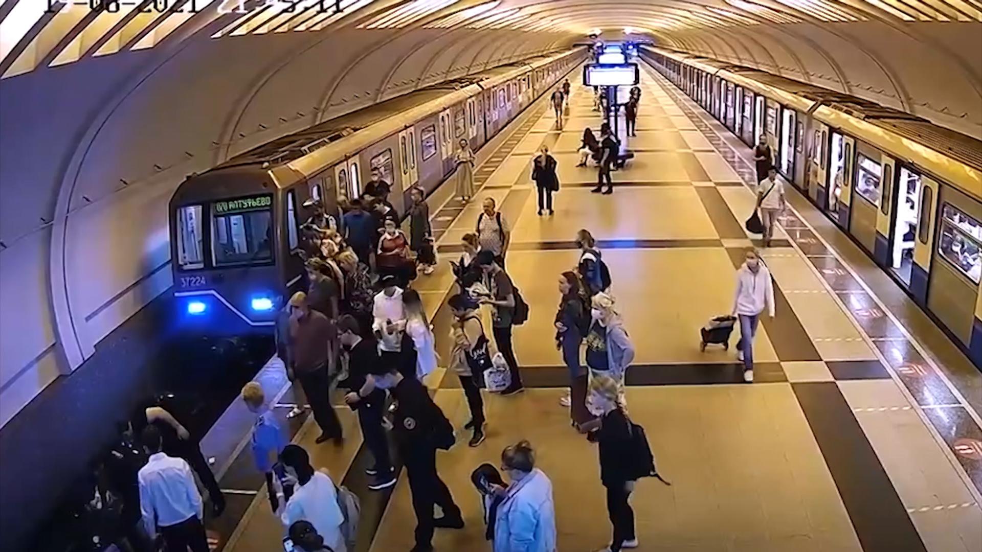 Спасение упавшего на пути в метро человека