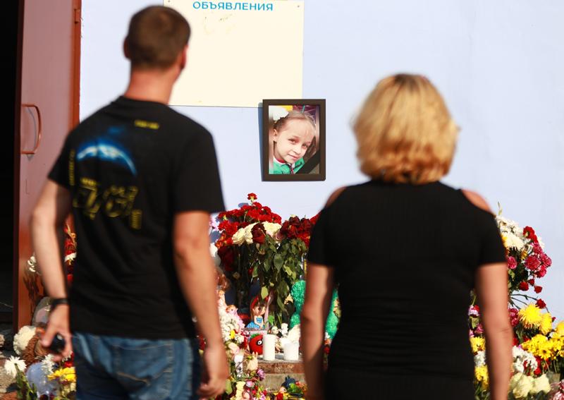 Стихийный мемориал у дома в Тюмени, где жила найденная погибшей 8-летняя девочка