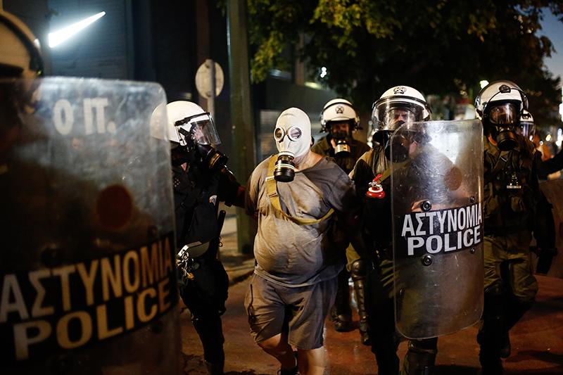 Участники митинга в Греции