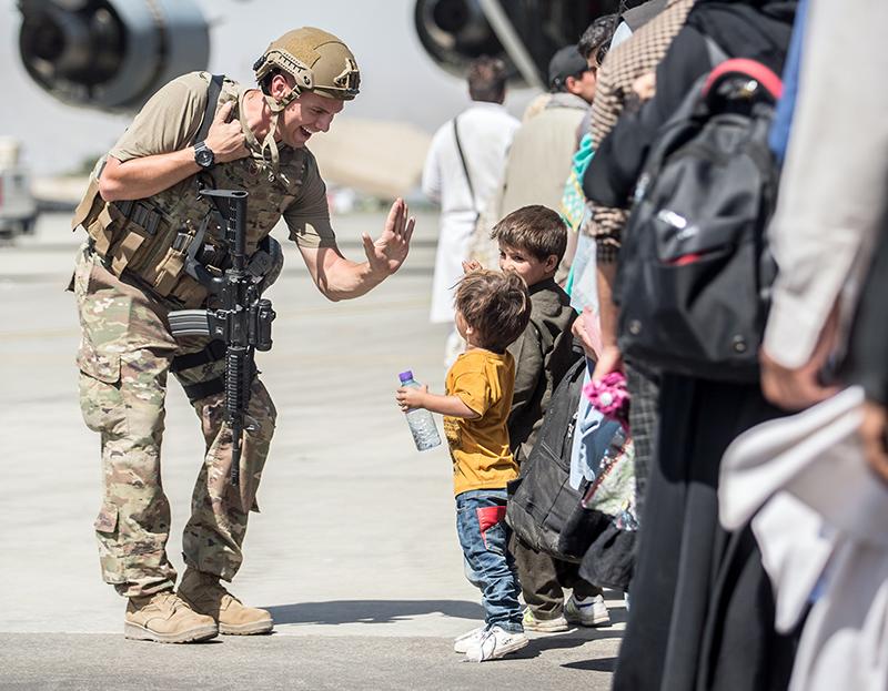 Стало известно о расстреле военными США афганцев в аэропорту Кабула ::  Новости :: ТВ Центр