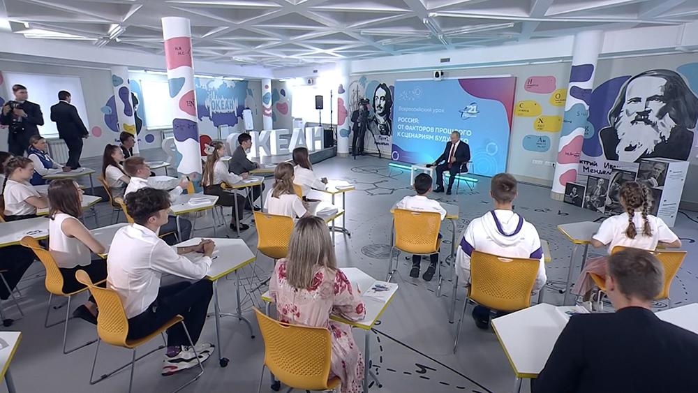 Владимир Путин общается со школьниками