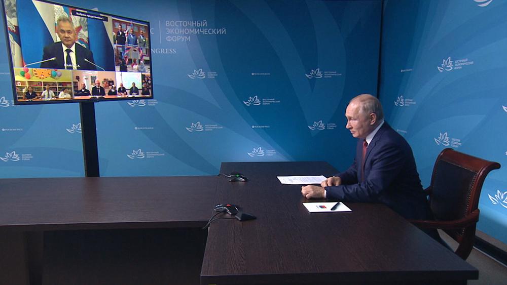 Владимир Путин общается с Сергеем Шойгу в режиме видеосвязи