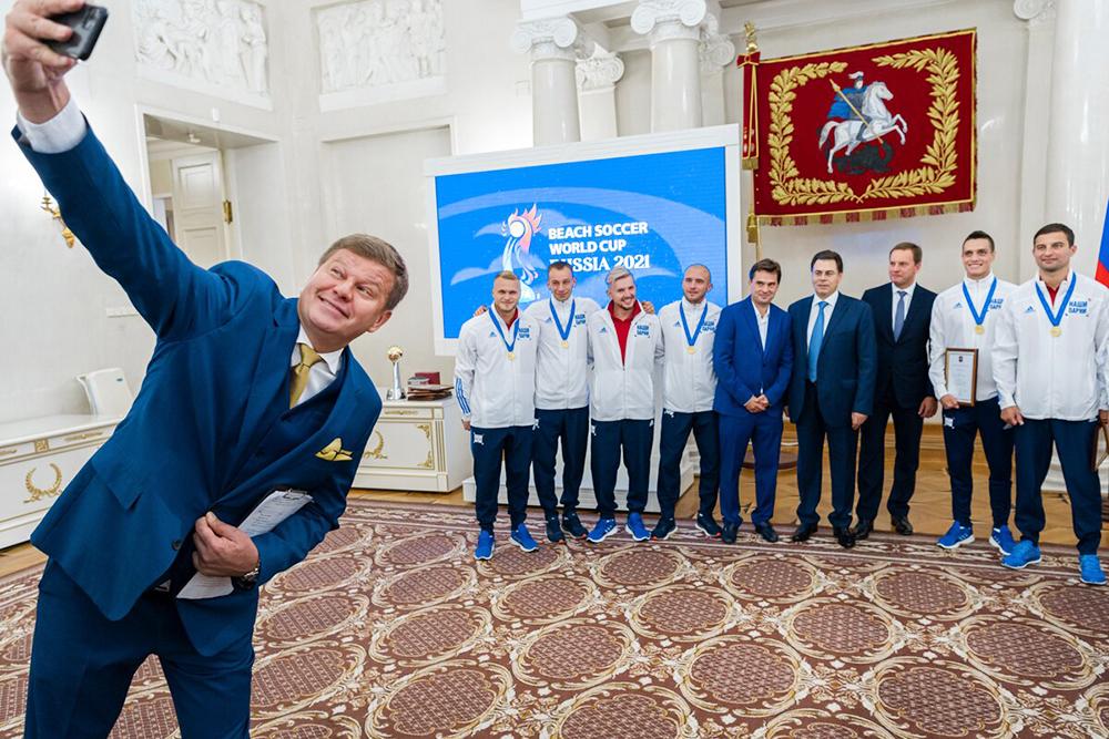Церемония награждения футболистов сборной России по пляжному футболу