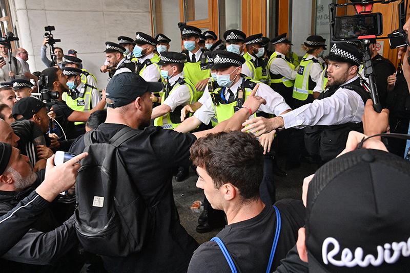Полиция Великобритании во время митинга