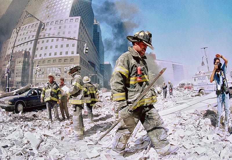 Спасатели на месте обрушения башен Всемирного торгового центра в Нью Йорке 11 сентября