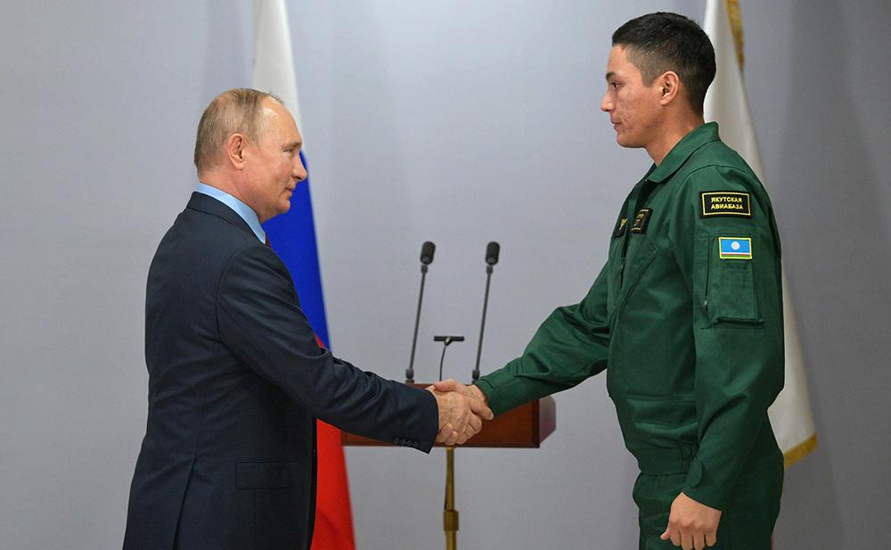 Владимир Путин вручил награду сотруднику авиалесоохраны