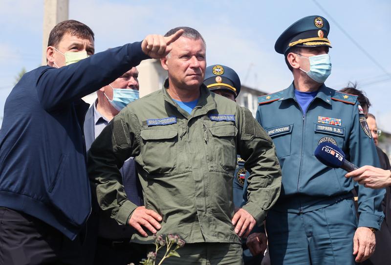 Глава МЧС России Евгений Зиничев (в центре)