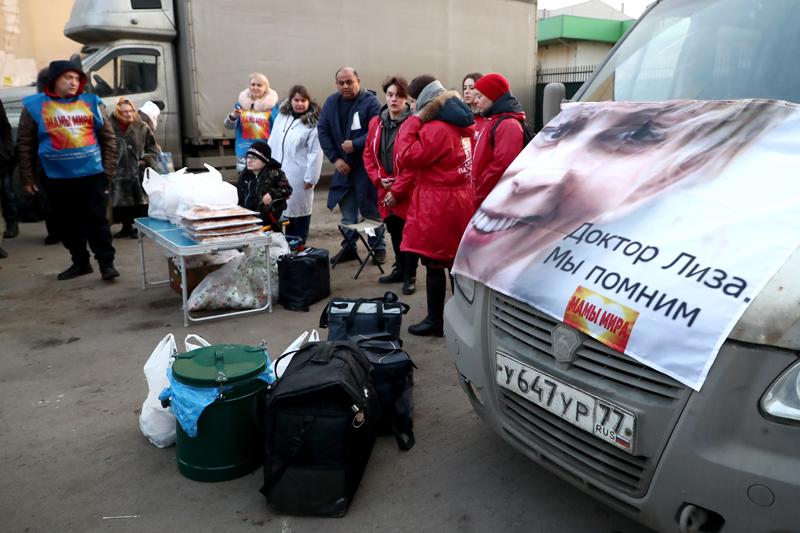 Сотрудники Центра имени Елизаветы Глинки перед обедом для бездомных