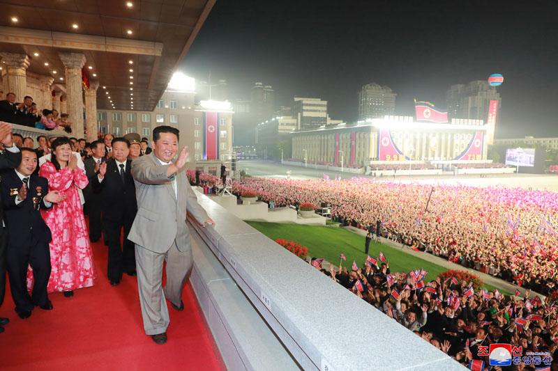 Лидер КНДР Ким Чен Ын во время военного парада по случаю 73-й годовщины образования республики в Пхеньяне