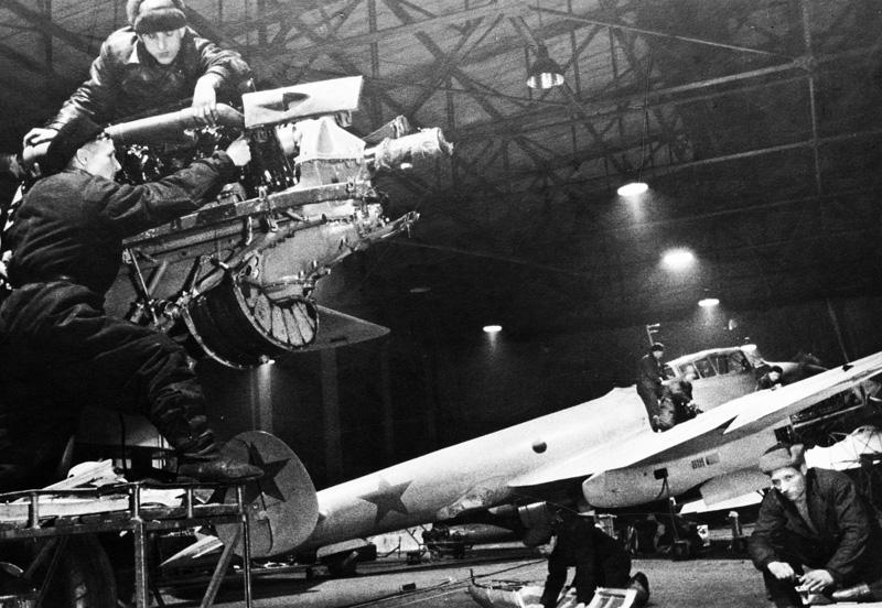 Работники авиационного завода