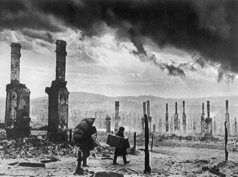 Мурманск. Февраль 1942 г. Местные жители в одном из районов города после налета немецкой авиации