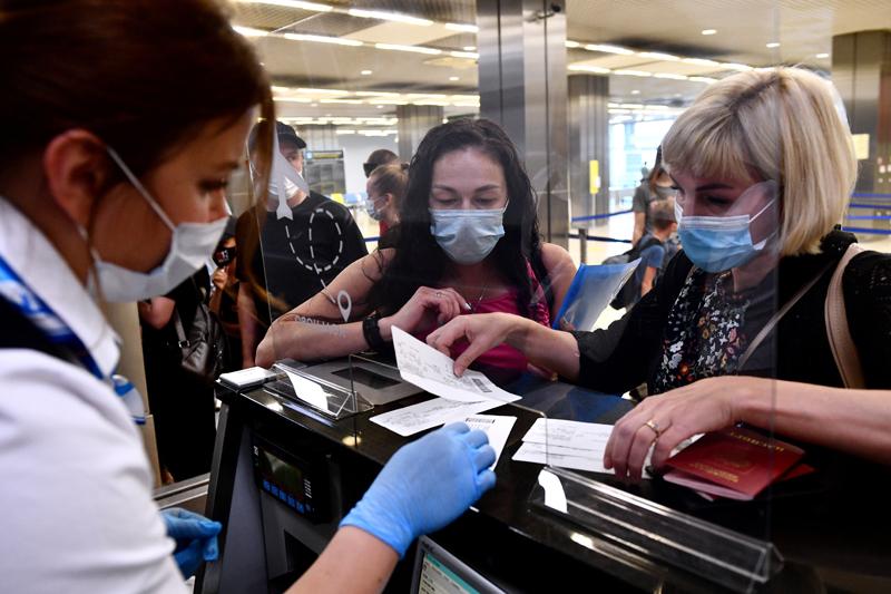 Пассажиры в аэропорту во время регистрации